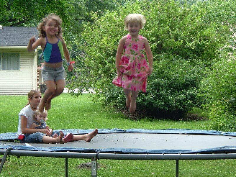 ילדים קופצים על טרמפולינה